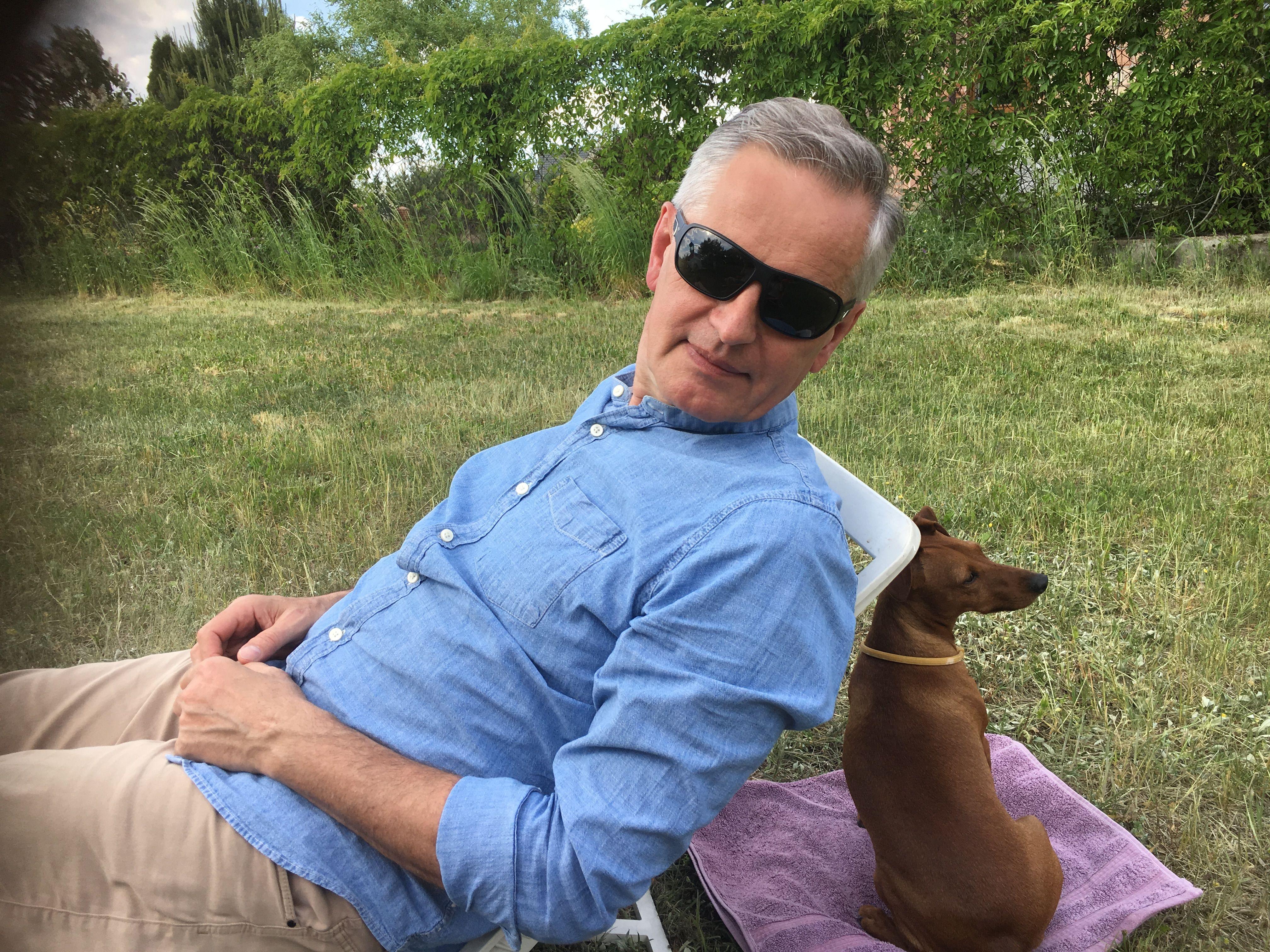 Zdjęcie Eugeniusza Misiło z psem Asusem na działce 2018